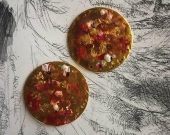Luminous discs... Brass charms, creation of earrings, handmade...