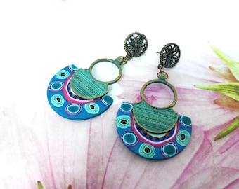 Boucles d'oreilles sur monture bronze et vert, boucles longues motif ethnique bleu paon, boucles d'oreilles, métal et argile polymère,