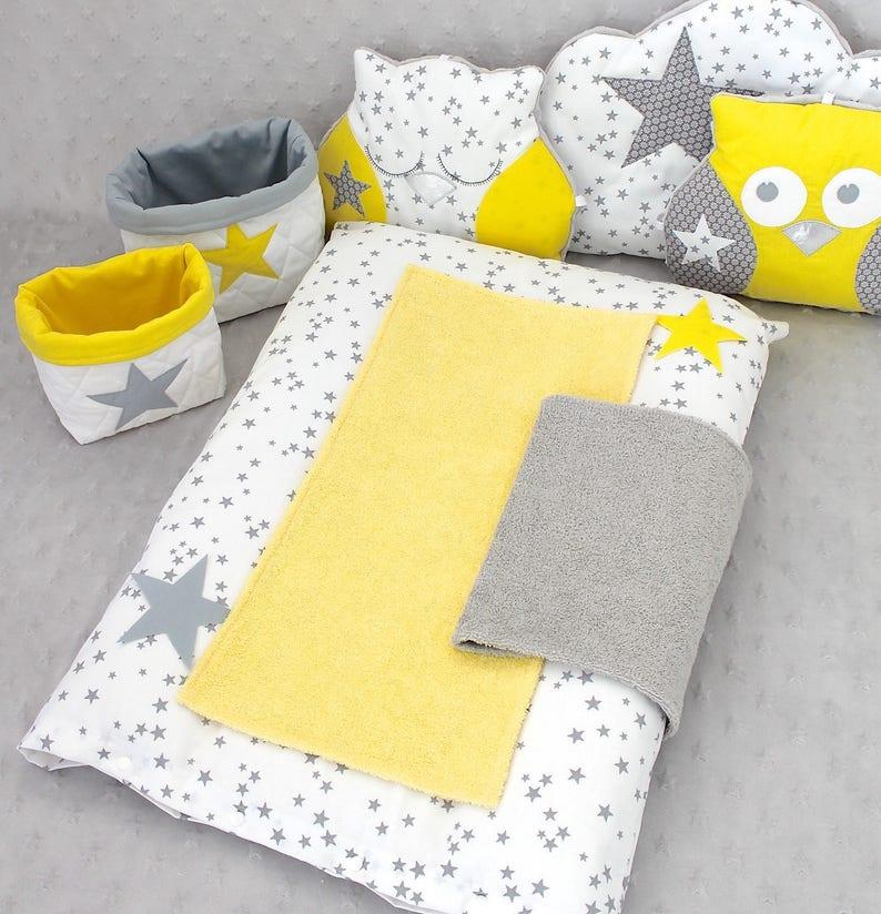Housse à langer 2 serviettes de change grise et jaune - Créatrice ESTY : PetitLionForBaby