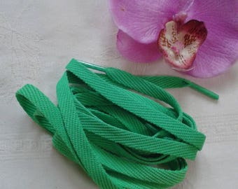 Green flat lace in green polyester plastic tip plastic long 1.50 m