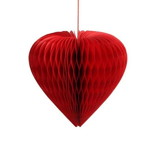 un gros pompon motif coeur rouge d coration nid d 39 abeille. Black Bedroom Furniture Sets. Home Design Ideas