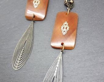 Boucles d'oreilles longues et légères en corne caramel métal bronze ETE INDIEN option Clips
