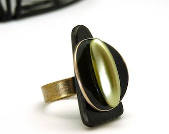 Bague noire triangle corne verre vert tilleul, chic ethnique, MILA, réglable ajustable