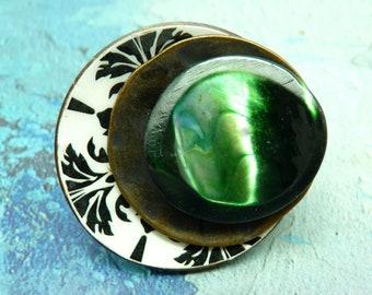 Grosse Bague en bois ronde décalée motifs noir et blanc métal bronze nacre verte  COLOMBAL réglable ajustable