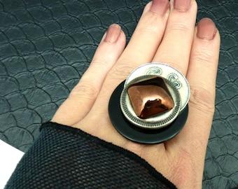Bague graphique noir écru émaillé cuivré en métal et verre MEDIEVALE réglable ajustable
