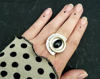 Bague demi-lune pierre noir onyx, métal argent martelé et blanc nacré graphique DEMI-LUNE ONYX réglable ajustable
