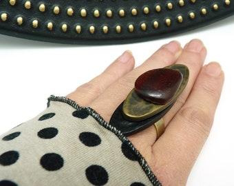 Bague longue bronze noir et rouge en corne et résine et résine métallisée ethnique et graphique  LUCI réglable ajustable