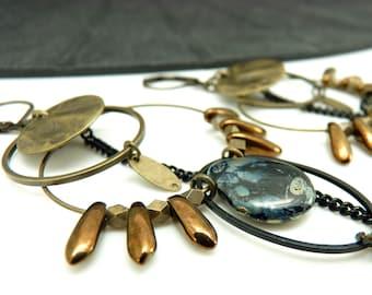 Boucles d'oreilles créoles asymétriques bronze noir et chocolat en métal et en verre  MIMI BOHEME option Clips