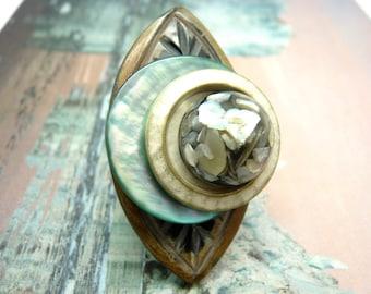 Grosse Bague longue décalée ethnique en corne nacre vert d'eau métal blanc nacré et résine nacre  LANGOUREUSE réglable ajustable