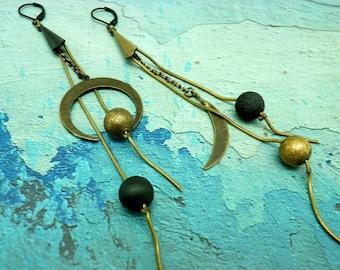 Longues Boucles d'oreilles asymétriques en métal noir bronze et résine  LUNA option clips Best seller