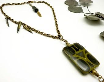 Collier pendentif long ethnique métal bronze et noir résine kaki et noir et crocs en nacre TRIBAL