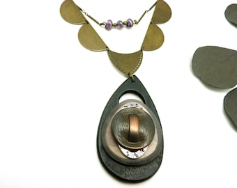 Collier plastron gros pendentif en métal bronze argent cuivre bois noir résine mauve et verre SLEVANA