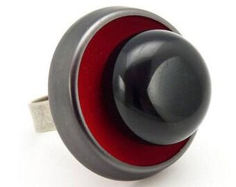 Bague rouge et boule noire tout en résine RETRO réglable ajustable