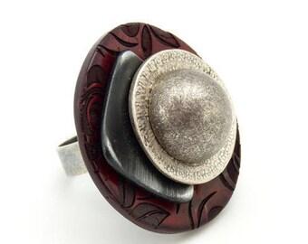 Grosse bague bois rouge motif fleur, noir et argent métal KARMA réglable ajustable