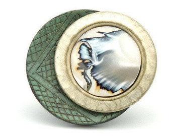 Grosse bague en bois gravé vert amende métal blanc nacré et nacre  MADAGASCAR réglable ajustable