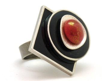 Bague graphique SOKLASS en métal résine et verre noir blanc nacré rouge réglable ajustable