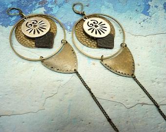 Boucles d'oreilles créoles longues en métal bronze et argent et cuir noir ethnique graphique  EFFRONTEE  option Clips
