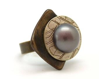 Bague chic graphique bronze et métal nacré résine imitation perle de tahiti DISCRETE réglable ajustable