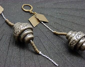 Boucles d'oreilles longues résine métallisée légère et métal bronze et argent minimale trompe l'oeil graphique BRONX Granite option Clips
