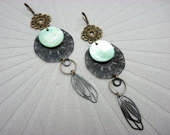 Longues boucles d'oreilles nacre vert d'eau en métal filigrane noir SYLPHIDE option Clips