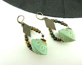 Boucles d'oreilles ethnique en métal bronze pierres asymétriques ocre et bleu canard  résine vert d'eau INDIA BOLA option Clips