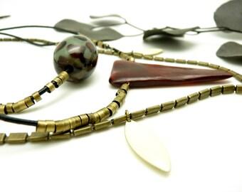 Long Collier sautoir ethnique léopard vert de gris et bordeaux métal bronze corne cuir NOMADE