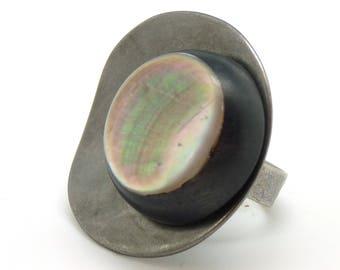 Grosse Bague en métal gris ondulé corne et nacre COROLLE réglable ajustable