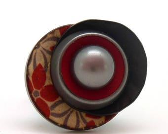 Bague en bois rouge motif fleurs noir et gris nacré imitation perle de taïti  KENZA réglable ajustable