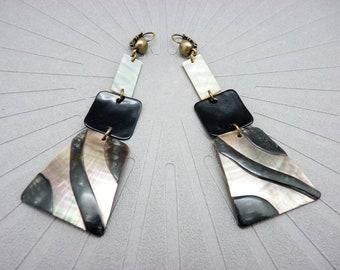 Boucles d'oreilles longues nacre zèbre noir écru et noir extra-légère chic ethnique FARAO option clips