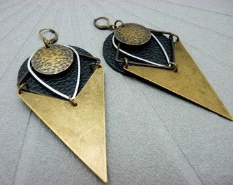 Boucles d'oreilles ethnique cuir noir et métal bronze triangle graphique tribal chic FUSION option clips