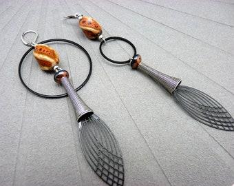 Boucles d'oreilles asymétriques dépareillées noir argent en métal verre et céramique orange VIBRATION option clips