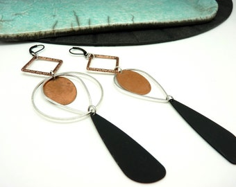 Boucles d'oreilles longues asymétriques dépareillées en métal argent noir et cuivre graphique CHROMAX option Clips