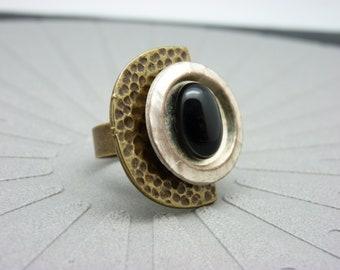 Bague demi-lune pierre noir onyx, métal bronze martelé et blanc nacré graphique DEMI-LUNE ONYX réglable ajustable