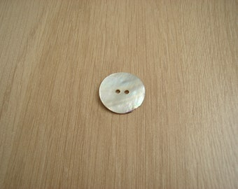 medium button mother of Pearl two passages