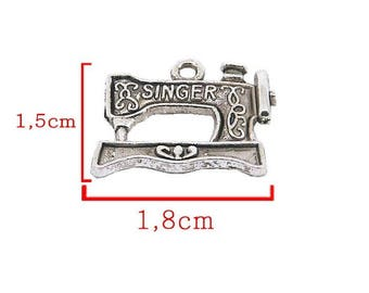 Pendant machine brand Singer silver toned size 1.8 cm approximately. Or scrapbooking embellishment.