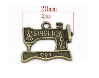 Pendant machine brand Singer bronze tone size 2cm approximately. Or scrapbooking embellishment.