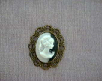 Set of 2 cameos in resin and brass.