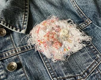 BROOCH textile art, harmony of white, mixing of threads, fabrics, pearls ... JoeLesBiscottos