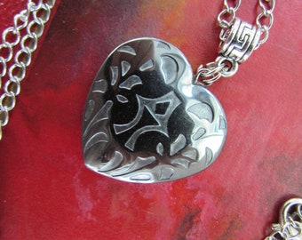 """Engraved """"Saw"""" Hematite heart silver necklace"""