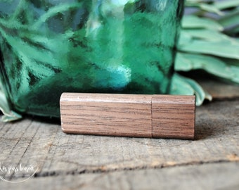 Custom 3.0 3.0 wooden USB key as a wedding gift to store photos of the beautiful day