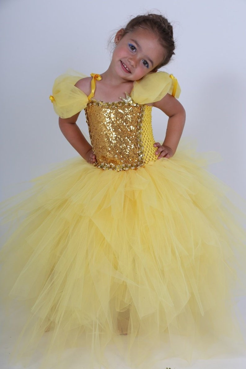07b4bdcbae2 Robe de princesse Peau dÂne robe tutu en tulle jaune.