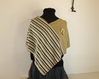 Poncho in cotton with a mottled beige fabric (jersey) knit and its coordinated striped beige, cream and black, leather and coco brooch