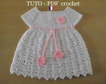 PDF CROCHET - Robe bébé blanche , orné d une lanière et de 3 fleurs roses ,  de 1 à 3 mois , facile à réaliser , Tuto en FRANCAIS ! 666048637b5