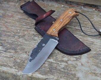 Couteau fixe, forgé main, Little Bowie, pièce unique, lame en acier xc75, manche en olivier, étui en cuir tannage végétal, 230mm