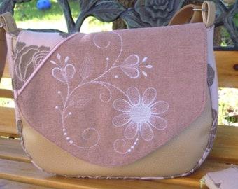 375f039f9a Sac besace, sac bandoulière, simili cuir beige nacré ,tissu rose poudré et  tissu fleuri ,sac rabat,sac brodé , sac porté épaule, sac bohème