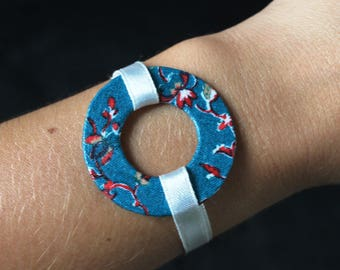 Bracelet ring with turquoise fabric with red and white ribbons