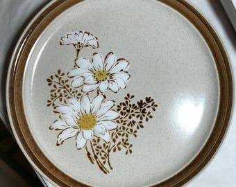 Premier Country Manor Upsy Daisy Dinner Plate