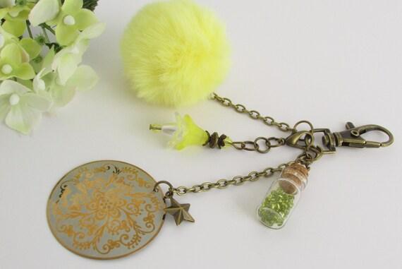 Bijou de sac pompon fourrure jaune, bijou de sac doré pompon peluche bouteille fleur, bijou de voiture pompon et perles, idée cadeau femme