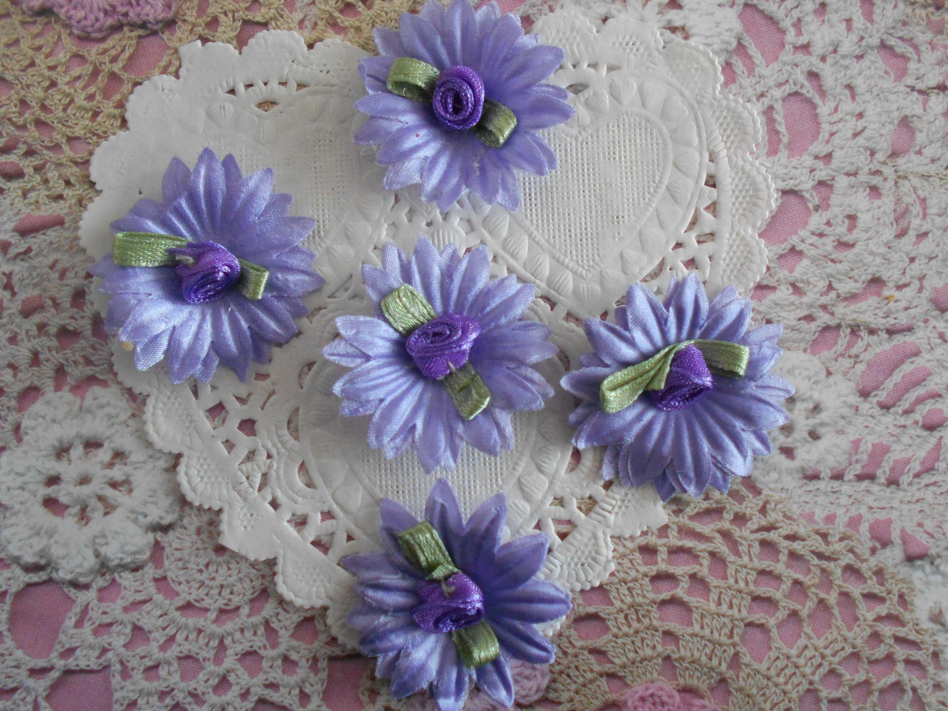 Fleurs mauves satin fleur violette feuilles vertes fleurs - Image fleur violette ...