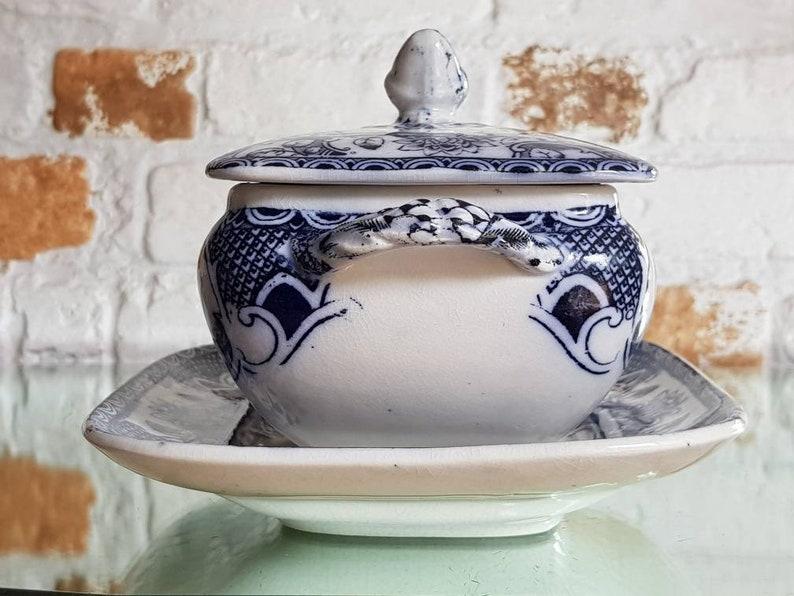 Antique Gater Hall - Co Céramique Sauce Tureen + Base- Motif dorique- Poignée endommagée
